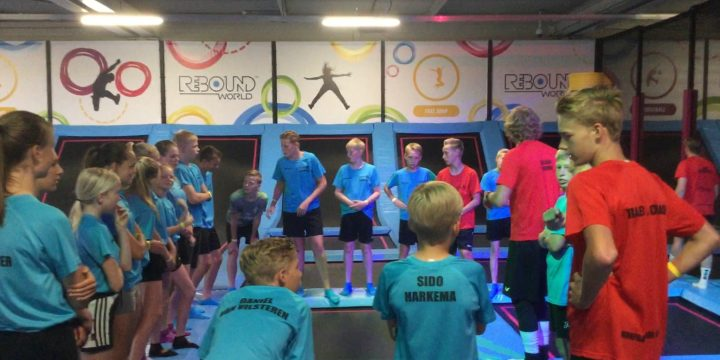 Korfballen op trampolines